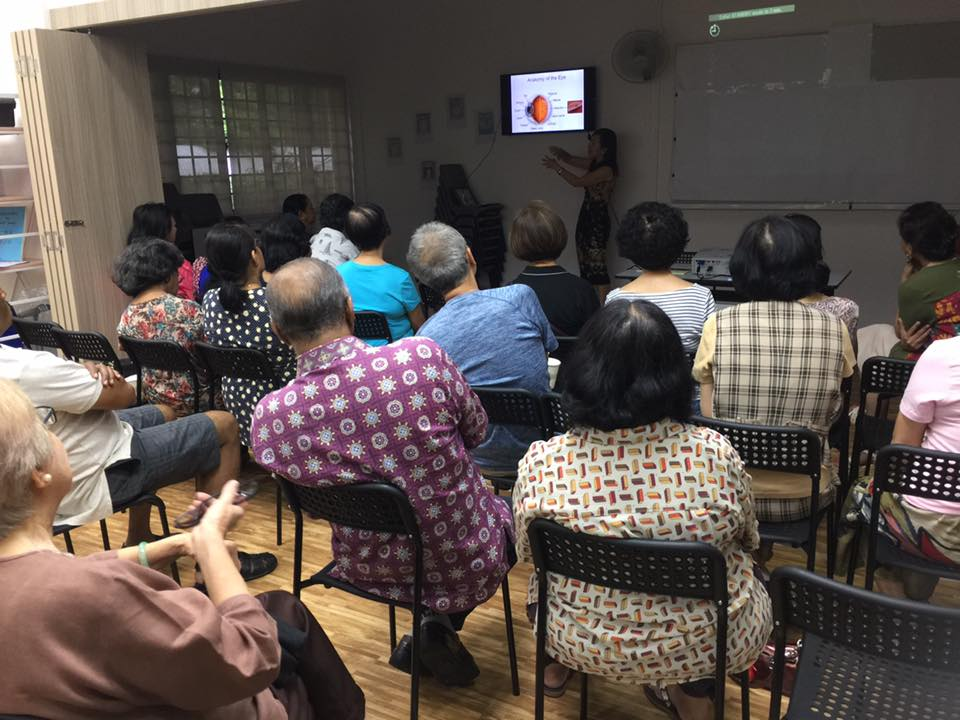 Dr Joy Chan explaining the anatomy and function of the eye to residents of Spottiswoode Park during a talk on 'Cataract and Glaucoma – What You Should Know' on 8 July 2017.