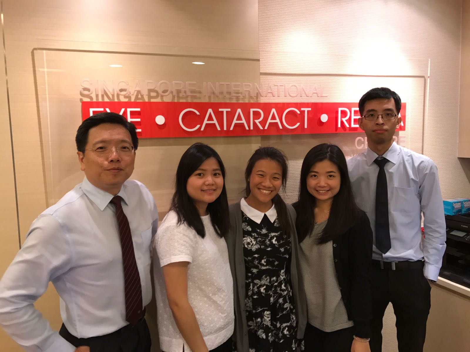 Ms Daphne Chiew (centre) with (L-R) Dr Au Eong Kah Guan, Olga Aprianti Lee, May Wong Ek Su and Lim Yun Chong in Singapore International Eye Cataract Retina Centre at Mount Elizabeth Medical Centre.