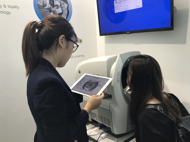 International Eye Cataract Retina Centre optometrist Ms Ng Shu Yi trying out an ophthalmic equipment during the 3rd Annual Singapore Optometric Assocaition Conference held on 27-28 September 2017.