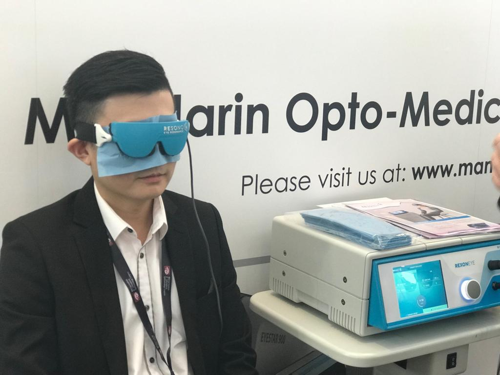 International Eye Cataract Retina Centre optometrist Mr Chong Wee Hou trying out a new dry eye treatment at the 8th International Ophthalmology Congress held on 5-6 October 2018