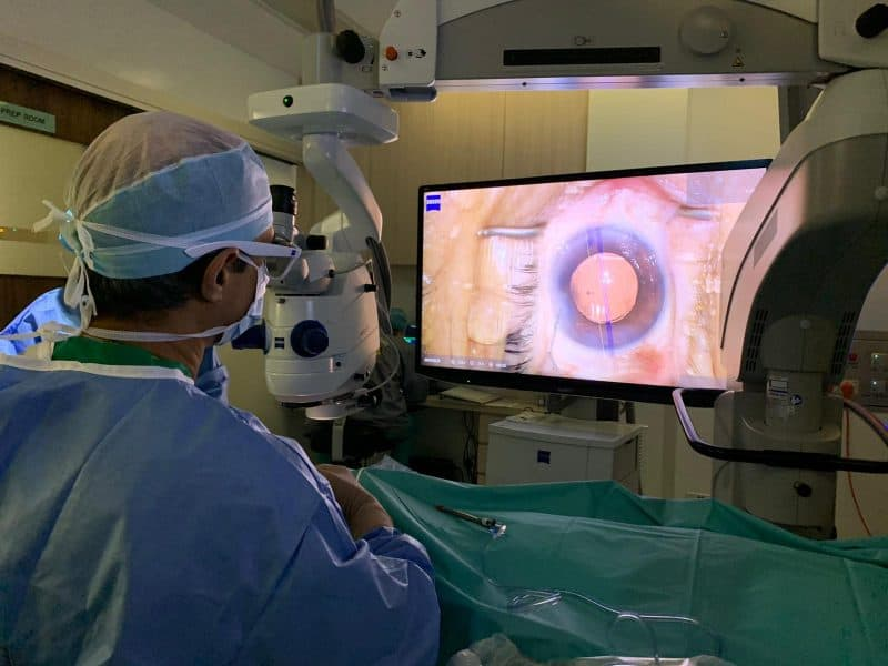 Dr Ajeet Madhav Wagle using the Zeiss Artevo 800 Digital Microscope with integrated Callisto® system to align the axis of a toric intraocular lens implant
